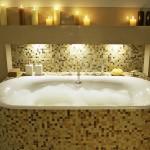 mozaikkal burkolt fürdőkád