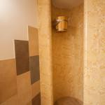 Épített zuhanyzó a családnak